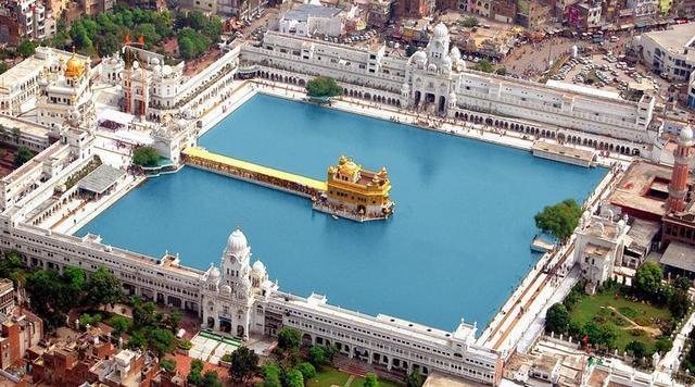 """""""Lóa mắt"""" ngôi đền bằng vàng bên hồ nước thiêng, phục vụ 100.000 suất ăn miễn phí mỗi ngày - 1"""