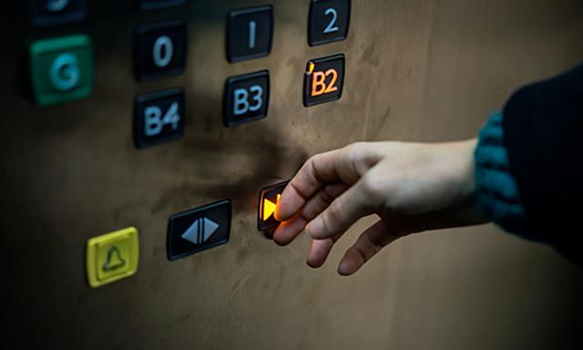 Nút đóng thang máy chỉ để làm... cảnh, cú lừa cả triệu người - 1