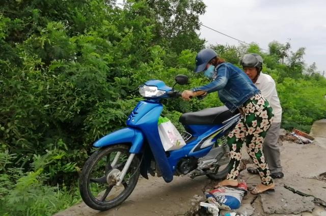 Bạc Liêu: Sụp lún nuốt chửng đường nông thôn, dân xuống xe dắt bộ cũng… run - 10