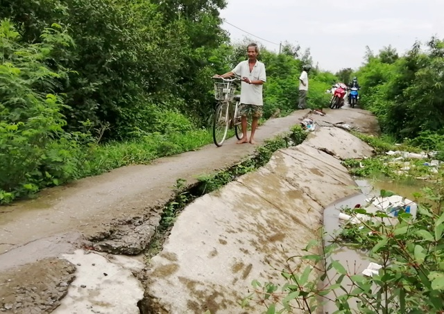 Bạc Liêu: Sụp lún nuốt chửng đường nông thôn, dân xuống xe dắt bộ cũng… run - 9
