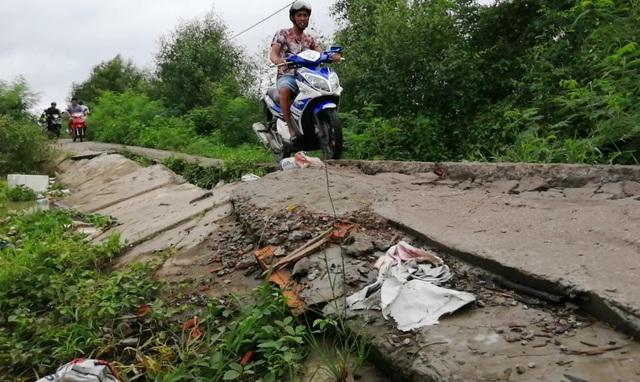 Bạc Liêu: Sụp lún nuốt chửng đường nông thôn, dân xuống xe dắt bộ cũng… run - 11
