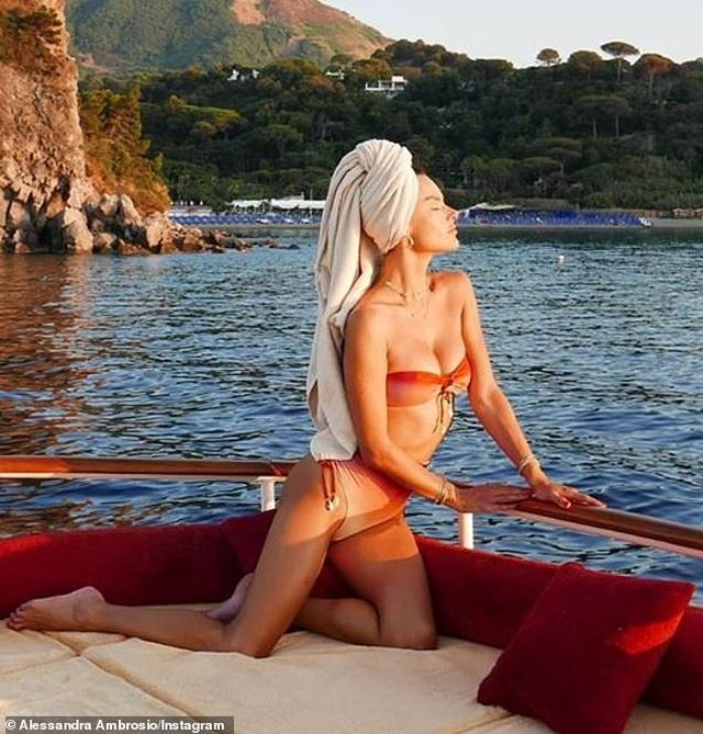 Alessandra Ambrosio diện loạt áo tắm bốc lửa - 3