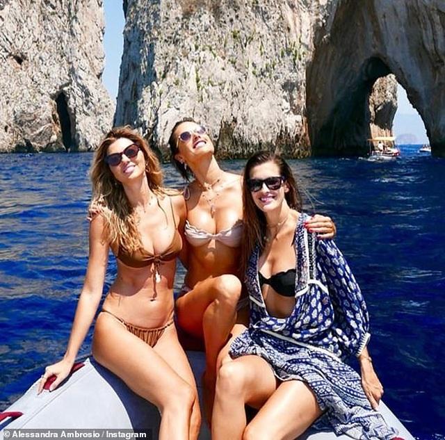 Alessandra Ambrosio diện loạt áo tắm bốc lửa - 4