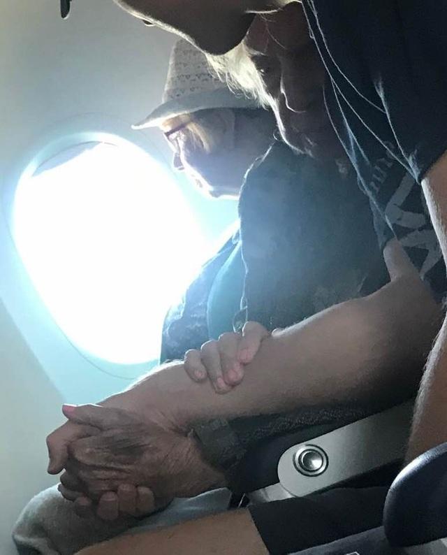 Chàng trai nắm tay và động viên bà cụ 96 tuổi suốt hành trình một chuyến bay - 3