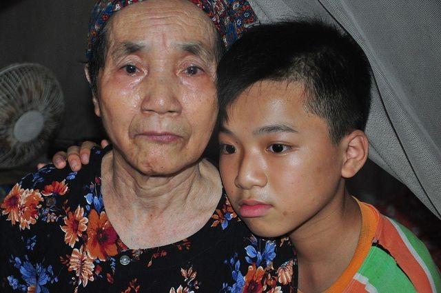 Cậu bé mồ côi khóc van xin bà đừng chết: Có tiền mua thuốc ông bà sẽ sống lâu hơn với cháu! - 1