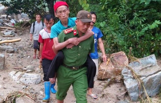 Đại úy công an nén nỗi đau mất người thân, giúp dân trong mưa lũ - 2