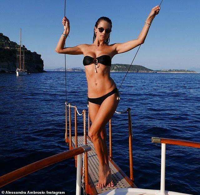 Alessandra Ambrosio diện loạt áo tắm bốc lửa - 1
