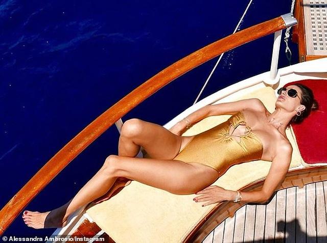 Alessandra Ambrosio diện loạt áo tắm bốc lửa - 2