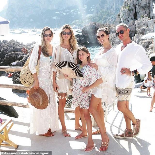 Alessandra Ambrosio diện loạt áo tắm bốc lửa - 8