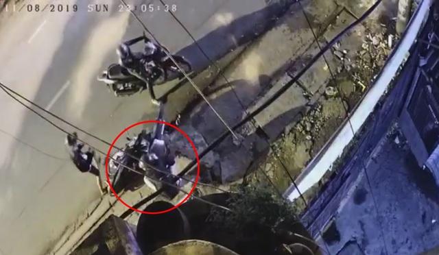 Xôn xao clip 2 thanh niên uy hiếp cô gái cướp tài sản trong đêm ở Sài Gòn - 1