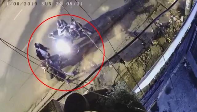 Xôn xao clip 2 thanh niên uy hiếp cô gái cướp tài sản trong đêm ở Sài Gòn - 2