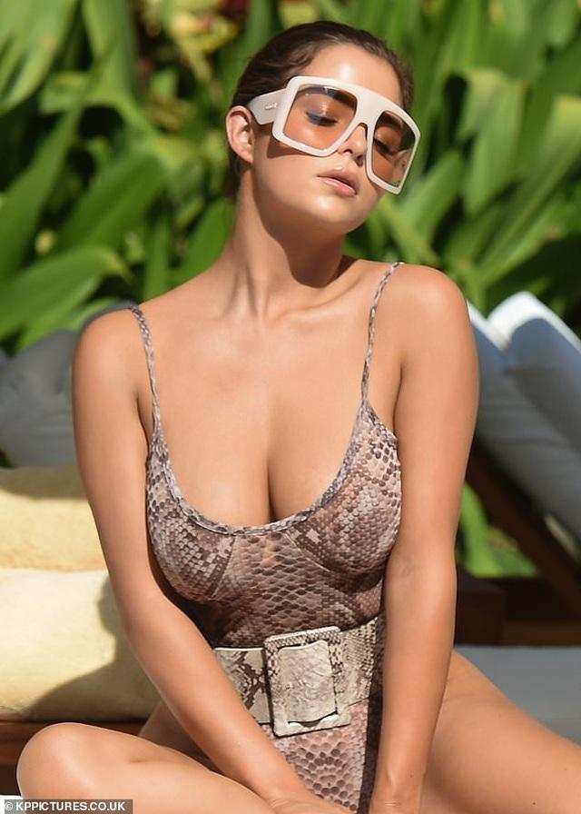 Demi Rose đẹp nuột nà bên bể bơi - 6