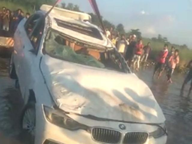 Được bố tặng BMW đời 3, quý tử Ấn Độ tức giận lao thẳng xe xuống kênh - 1