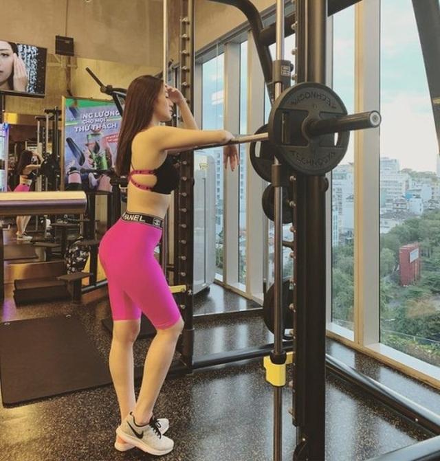 Hoa hậu Kỳ Duyên, Tóc Tiên diện váy xẻ sâu khoe vòng 1 - 7