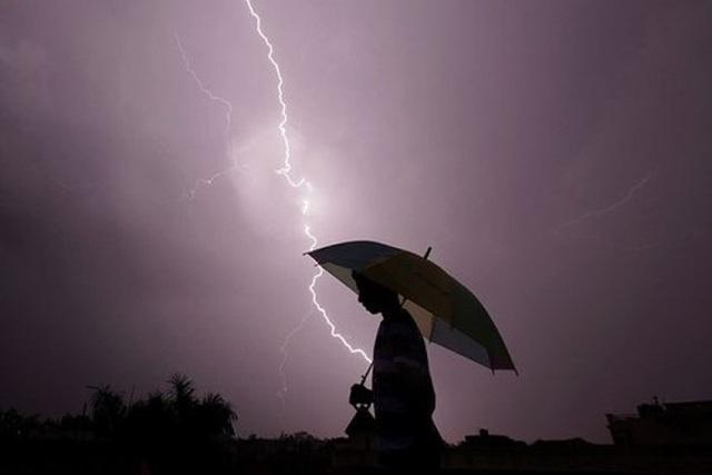 3 người trong một gia đình bị sét đánh tử vong khi trú mưa dưới ô - 1