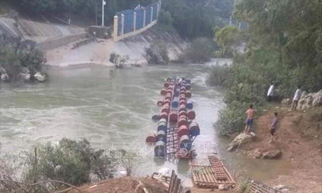 Lật bè làm nhiều người rơi xuống sông, 3 người mất tích - 1