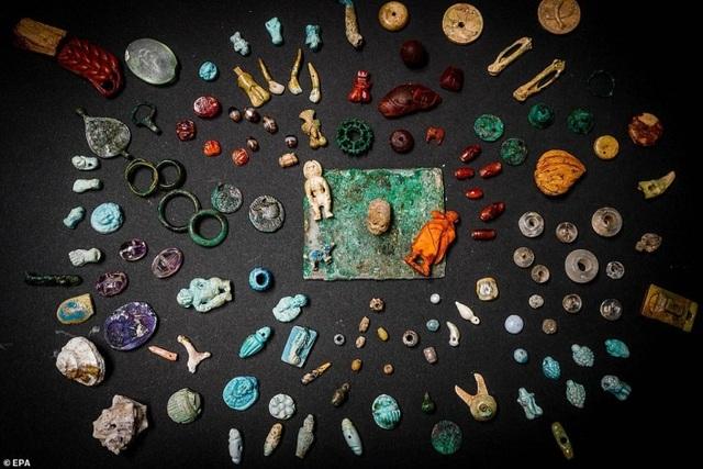 Phát hiện kho báu bí ẩn trong thị trấn La Mã bị chôn vùi với trang sức, búp bê và đầu lâu thu nhỏ - 1