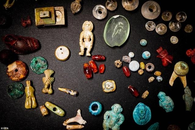 Phát hiện kho báu bí ẩn trong thị trấn La Mã bị chôn vùi với trang sức, búp bê và đầu lâu thu nhỏ - 2