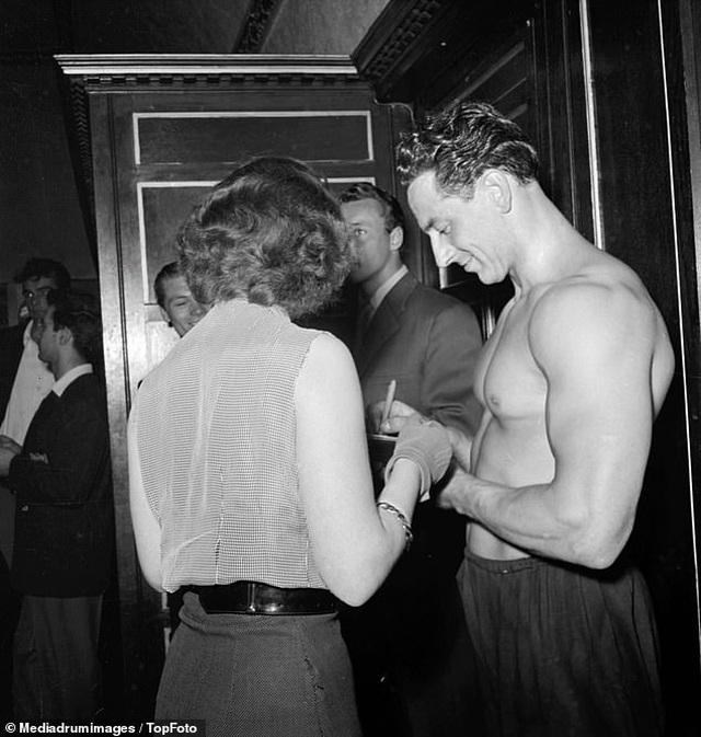 """""""Điệp viên 007"""" Sean Connery từng đi thi Mr Universe khoe cơ bắp lực lưỡng - 10"""