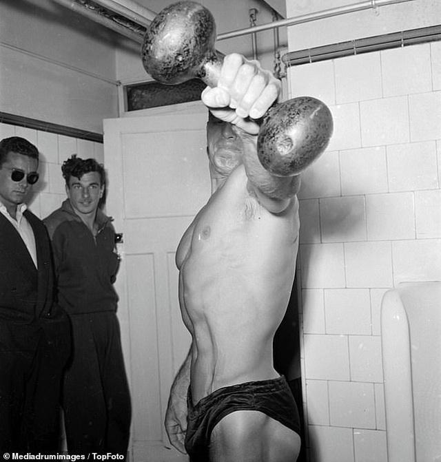 """""""Điệp viên 007"""" Sean Connery từng đi thi Mr Universe khoe cơ bắp lực lưỡng - 15"""