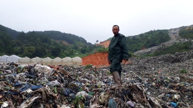 Mưa lũ kéo hàng ngàn tấn rác đổ ụp xuống thung lũng hoa màu - 1