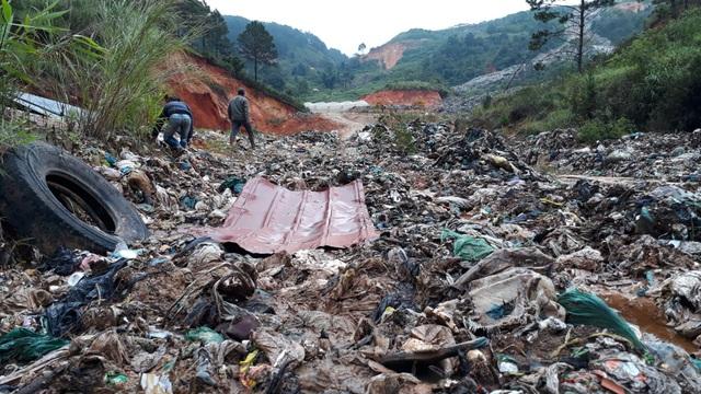 Mưa lũ kéo hàng ngàn tấn rác đổ ụp xuống thung lũng hoa màu - 5