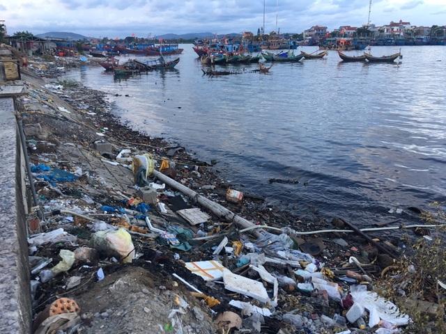 Ám ảnh với ô nhiễm tại cảng cá lớn nhất Bắc Trung Bộ - 1