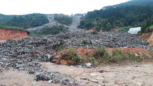 Mưa lũ kéo hàng ngàn tấn rác đổ ụp xuống thung lũng hoa màu - 7