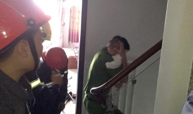 Bé 8 tháng tuổi cùng bà nội mắc kẹt trong thang máy ở Sài Gòn - 1
