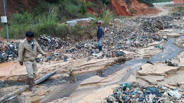 Mưa lũ kéo hàng ngàn tấn rác đổ ụp xuống thung lũng hoa màu - 2