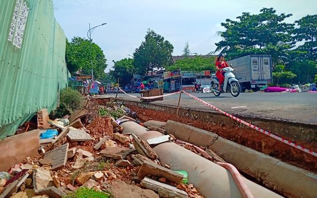 Lũ tàn phá nhiều tuyến đường, ổ voi ổ gà chực chờ bẫy người - 9