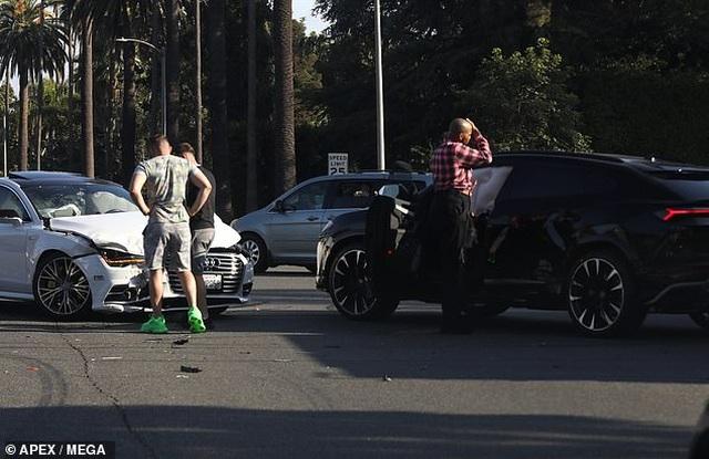 Ngôi sao đồng tính EJ Johnson lo lắng khi gặp tai nạn xe hơi - 1