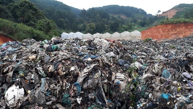 Mưa lũ kéo hàng ngàn tấn rác đổ ụp xuống thung lũng hoa màu - 3