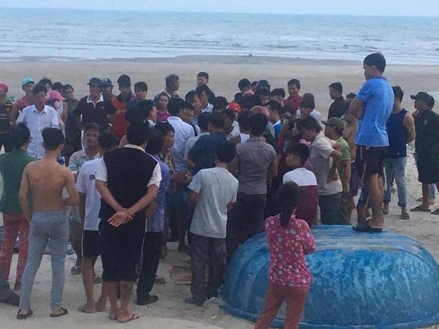 Vụ sóng biển cuốn trôi 11 người: Tìm thấy thi thể 2 du khách - 1