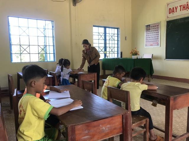 Học sinh dân tộc thiểu số đến trường sớm để học tiếng Việt trước khi vào lớp 1 - 1