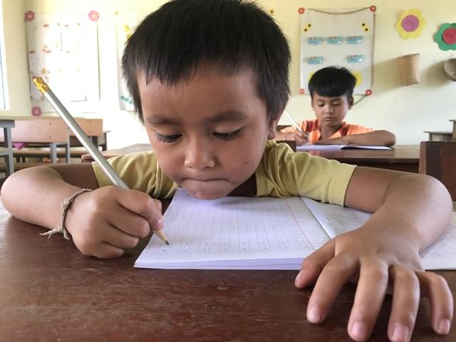 Học sinh dân tộc thiểu số đến trường sớm để học tiếng Việt trước khi vào lớp 1 - 3