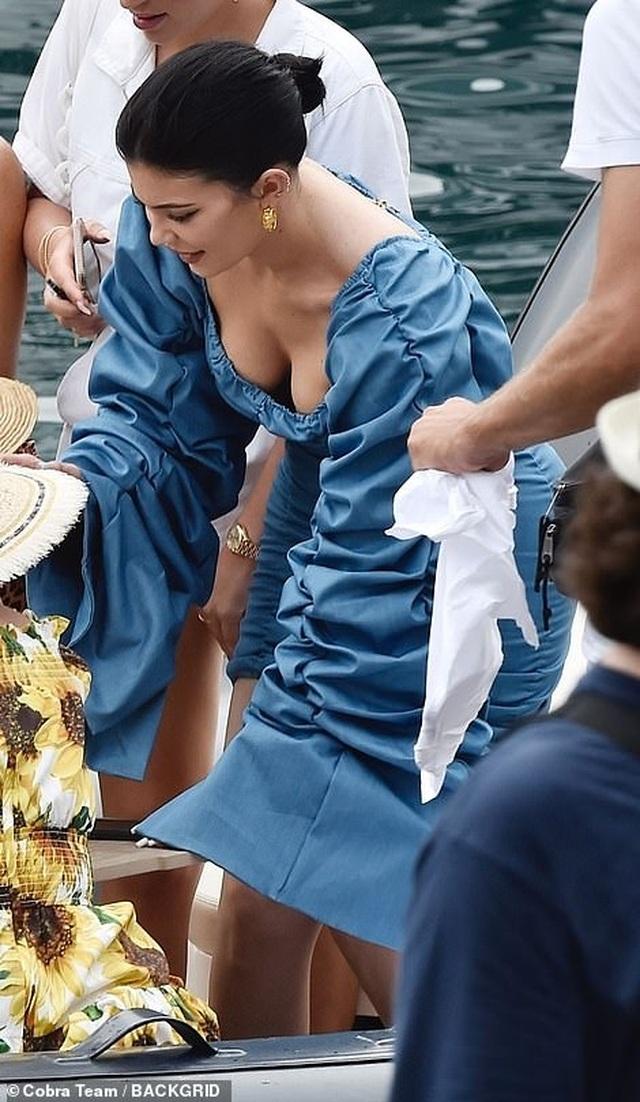 Kylie Jenner khoe ngực đầy đặn khi diện váy đồng màu với con gái - 8