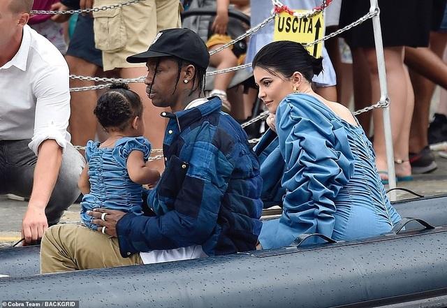 Kylie Jenner khoe ngực đầy đặn khi diện váy đồng màu với con gái - 6