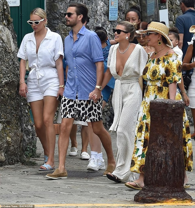 Kylie Jenner khoe ngực đầy đặn khi diện váy đồng màu với con gái - 9