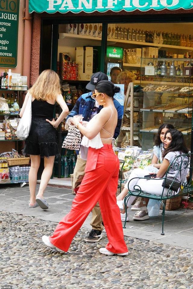 Kylie Jenner khoe ngực đầy đặn khi diện váy đồng màu với con gái - 13