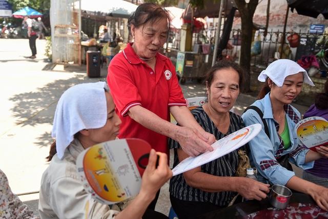 Hà Nội: Dùng xe buýt làm điểm trú nóng cho người lao động - 9