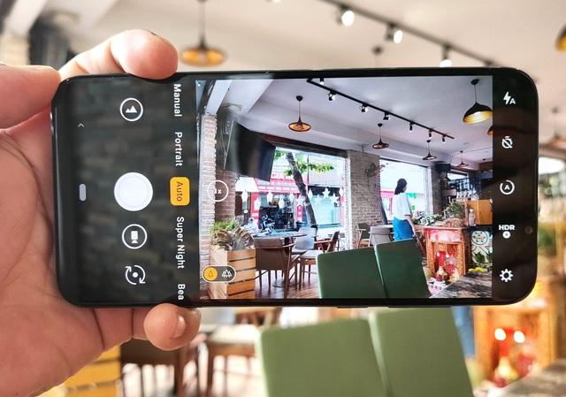 Trên tay Vsmart Live: 3 camera, cảm biến vân tay màn hình giá 6,9 triệu đồng - 7