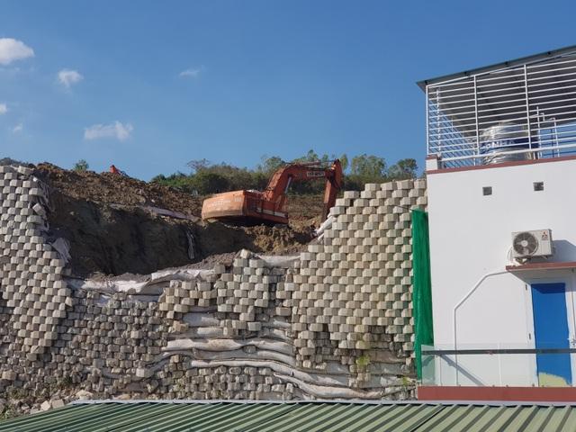 """Khánh Hòa: Giám sát việc tháo dỡ bức tường chắn """"khủng"""" sai phép đe dọa nhà dân - 2"""