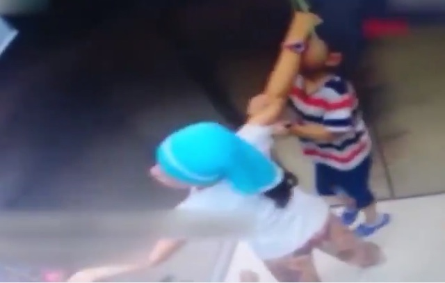 Clip em bé gặp tai nạn không thể ngờ trong thang máy gây sốc cư dân mạng - 1