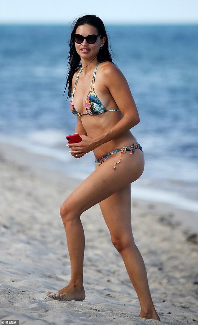 Adriana Lima vẫn bốc lửa ở tuổi 38 - 2
