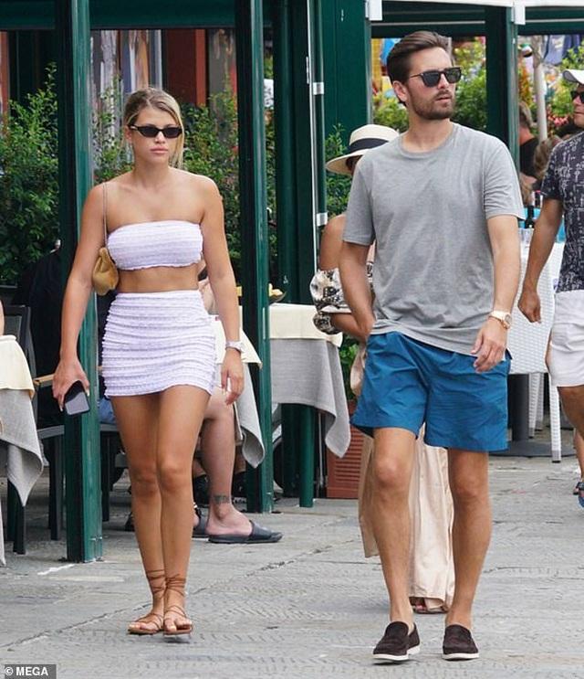 Sofia Richie mặc gợi cảm sánh đôi bạn trai hơn 16 tuổi - 1