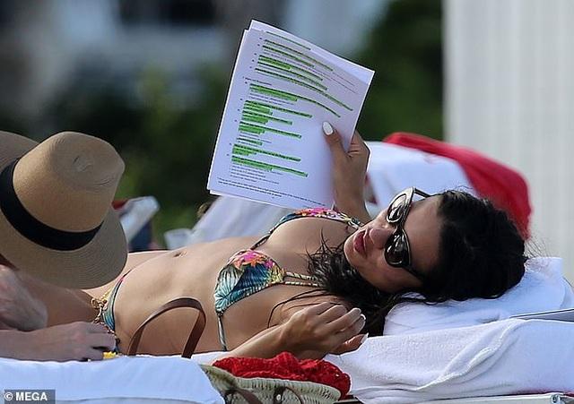 Adriana Lima vẫn bốc lửa ở tuổi 38 - 1