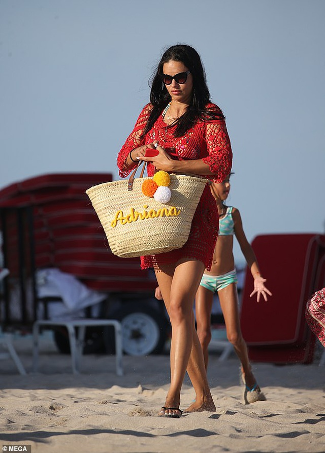 Adriana Lima vẫn bốc lửa ở tuổi 38 - 7