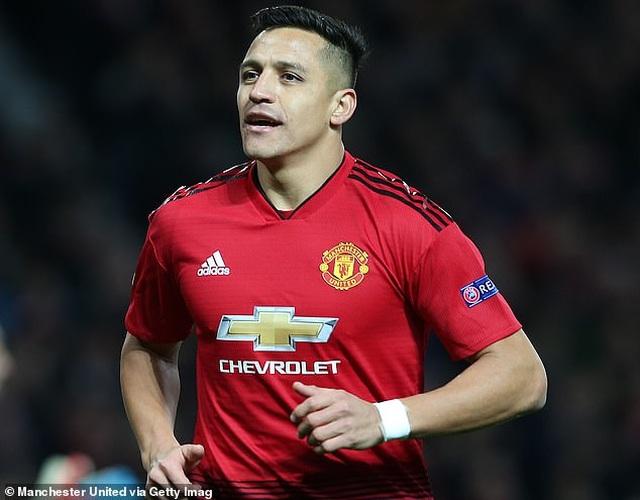 Alexis Sanchez suýt choảng nhau với cầu thủ Man Utd trên sân tập - 1