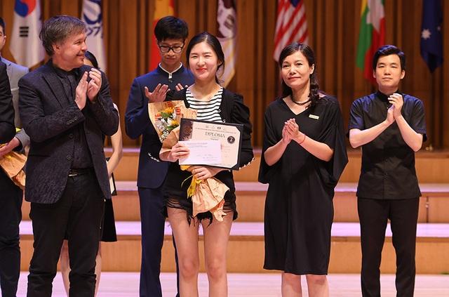 """ABBANK trao tặng 6 giải thưởng cho các thí sinh của """"Cuộc thi âm nhạc quốc tế cho violin và hòa tấu thính phòng Việt Nam"""" - 1"""